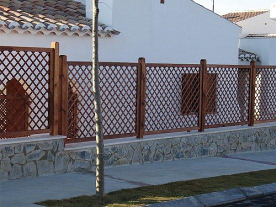 Instalaci n de celos as y vallas de madera tratada para - Madera tratada exterior ...